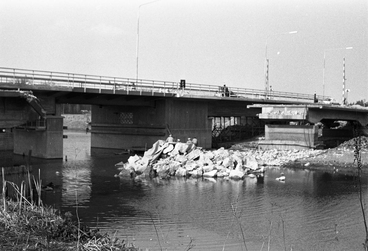 Svängbron över Hjälmare kanal, vid Gravudden. Människor i arbete.