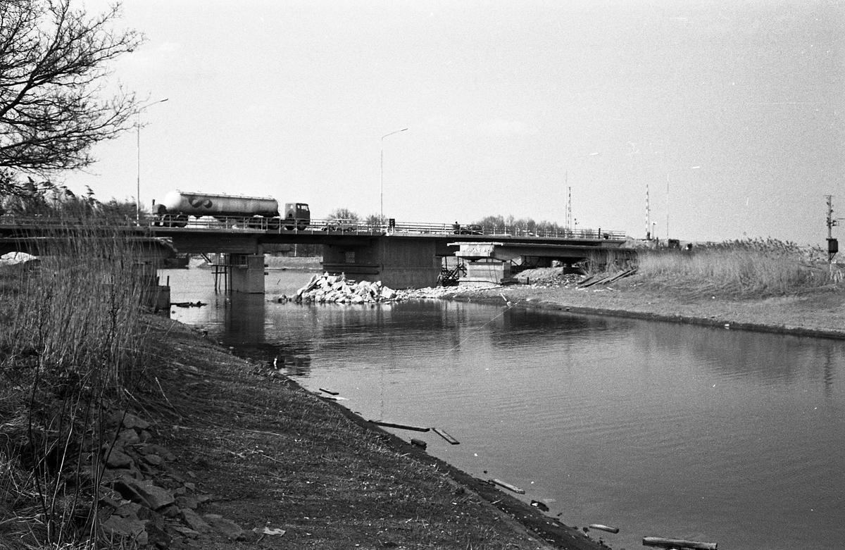 En lastbil med Konsums logotyp kör över svängbron vid Gravudden. Vattnet är Hjälmare kanal.