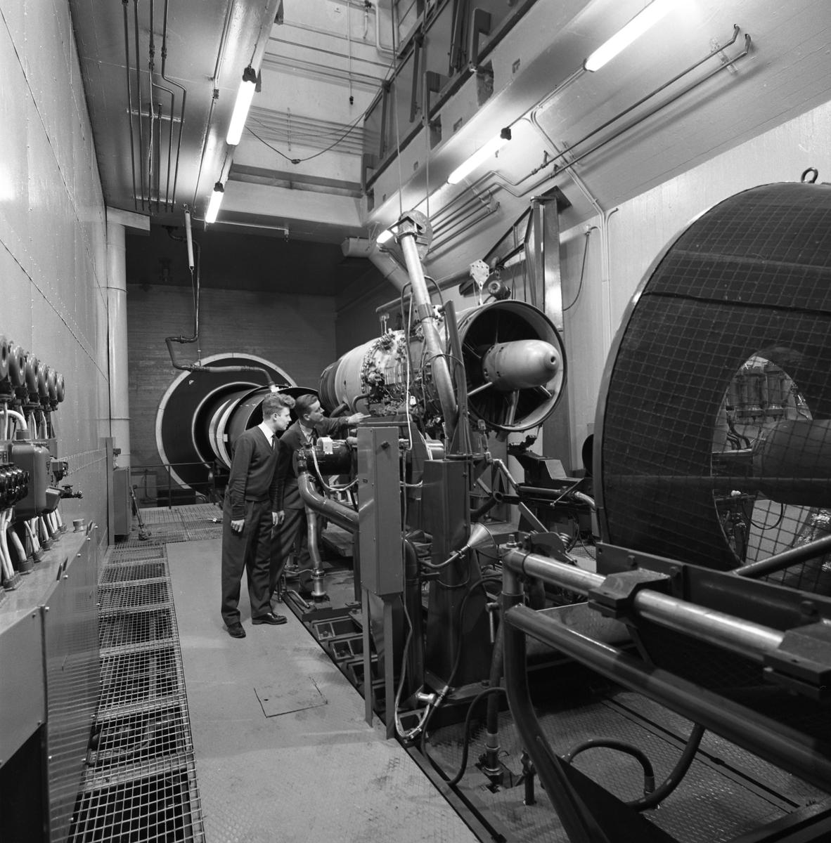 CVA interiör. Ljuddämparen för motorprovning monteras. Mannen till vänster är Charles Carlsson. Centrala Verkstaden Arboga