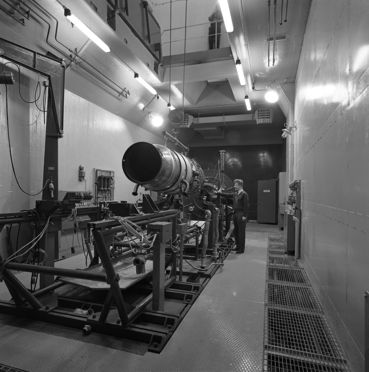 Charles Carlsson, på CVA. Ljuddämparen för motorprovning monteras. Centrala Verkstaden Arboga