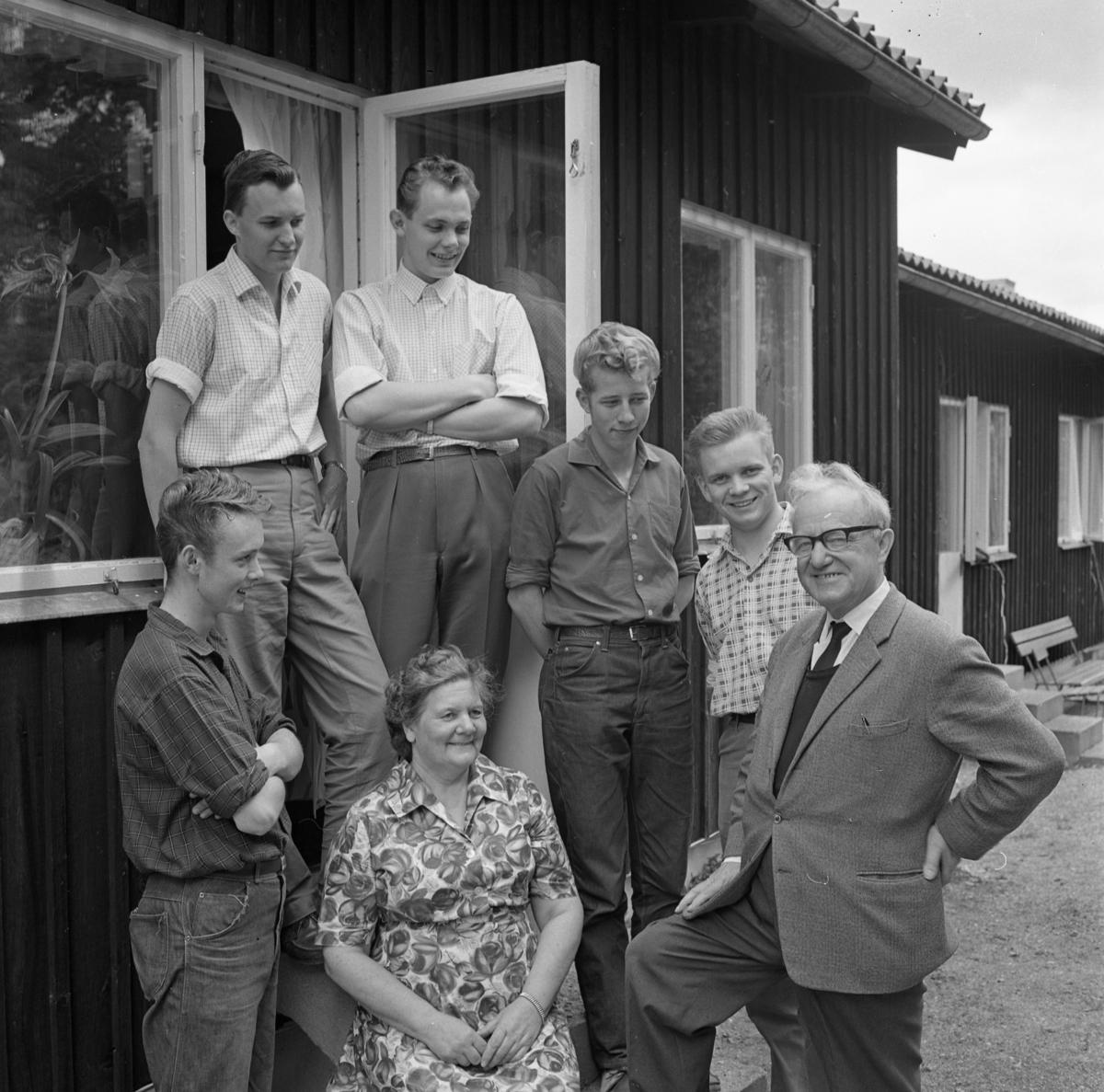 Elevhemmet vid Ekbacken, internat för elever på yrkesskolan. Bakre raden, från vänster: Reinhold Nordlöf, Lars Finnström, Elf Karlsson och Jan-Olov Blomkvist Elevhemmet drevs av KFUM på uppdrag av CVA. Startade 1948 och lades ner 1969. Främre raden, från vänster: Holger Plan, Tekla Isaksson (husmor) och Werner Larsson (föreståndare)