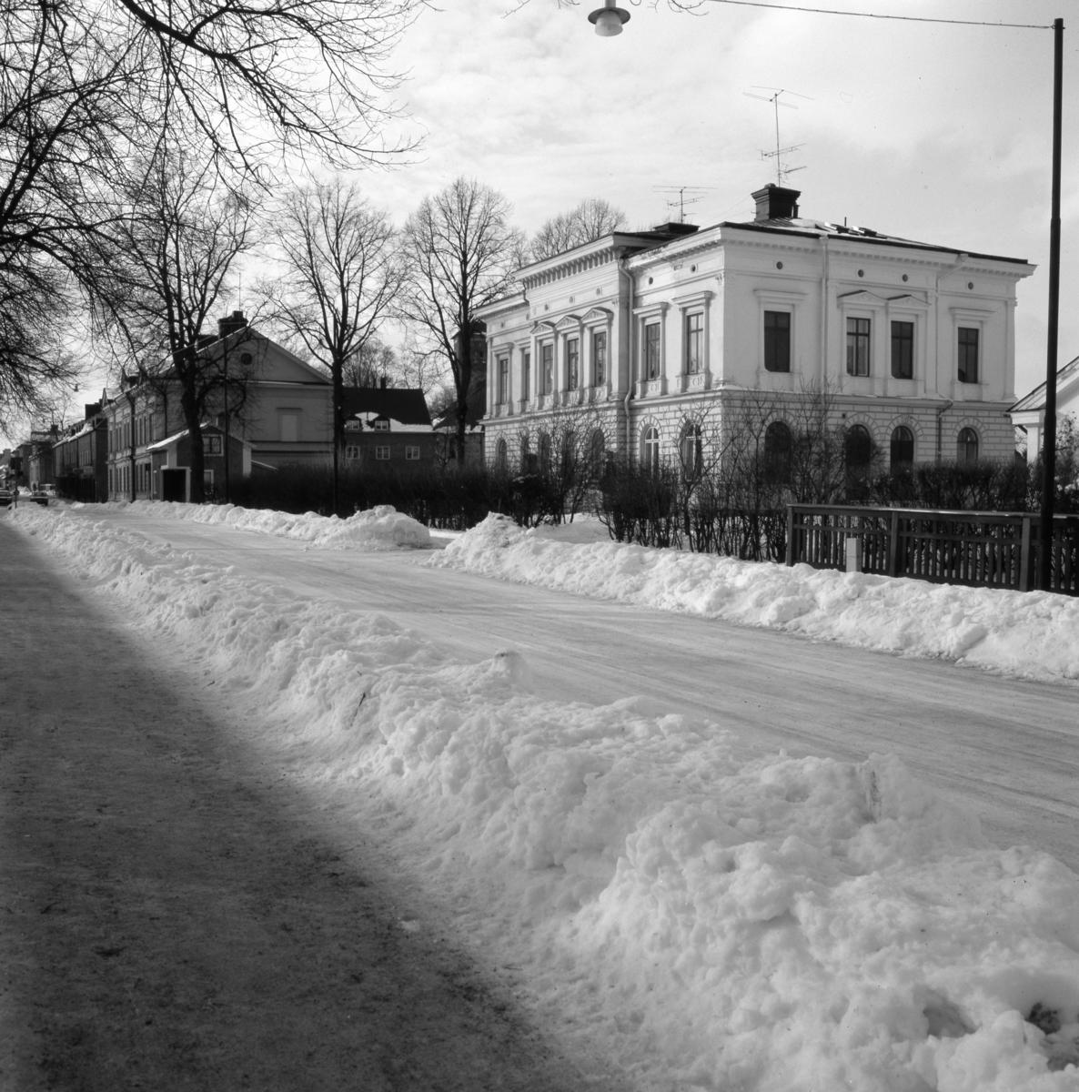 Östra Nygatan med Köpingstullen och Glasbruksvillan närmast i bild. Det är vinter och snö.