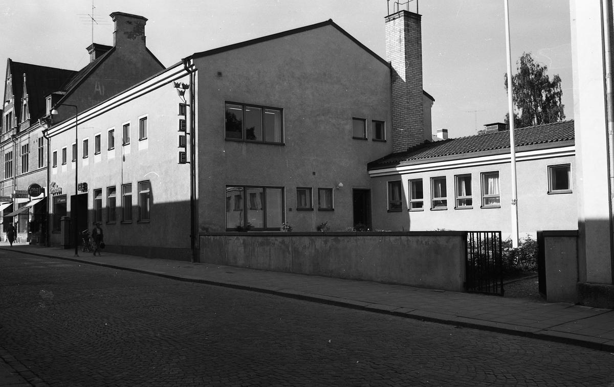 """Televerkets lokal på Nygatan. En skylt med """"Arboga kemtvätt"""" syns i bakgrunden. Fotografen har angivit att bilden ingår i """"Dokumentation av fastigheter söder och norr om ån. Bilder och beskrivningar finns på Arboga Museum""""."""