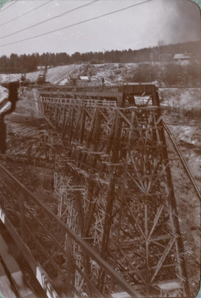 Järnvägsbro under byggnation.