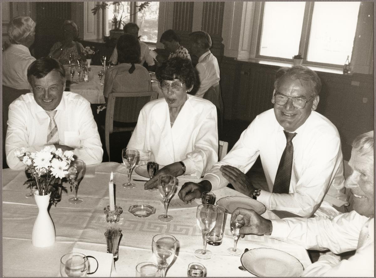 Elis Hedin till vänster och Olof Pettersson med fru vid bordet på Nora Stadshotell på Trafikaktiebolaget Grängesberg - Oxelösunds Järnvägar, TGOJ-dagen den 27 maj 1988.