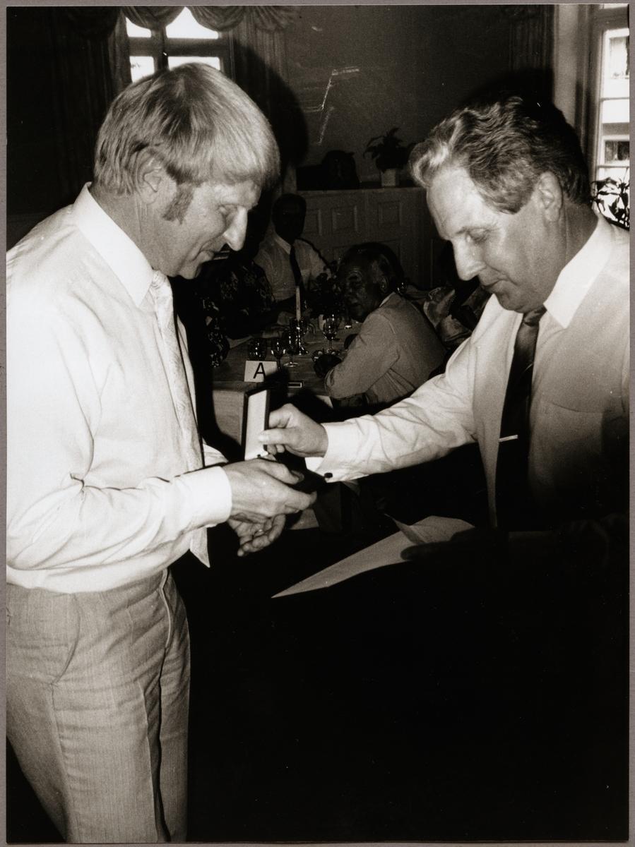 Lars Råstock, Eskilstuna får utmärkelse av Hans Thureson för sina tjänster inom driftvärnet under Trafikaktiebolaget Grängesberg - Oxelösunds Järnvägar, TGOJ-dagen på Stadshotellet i Lindesberg 1990.