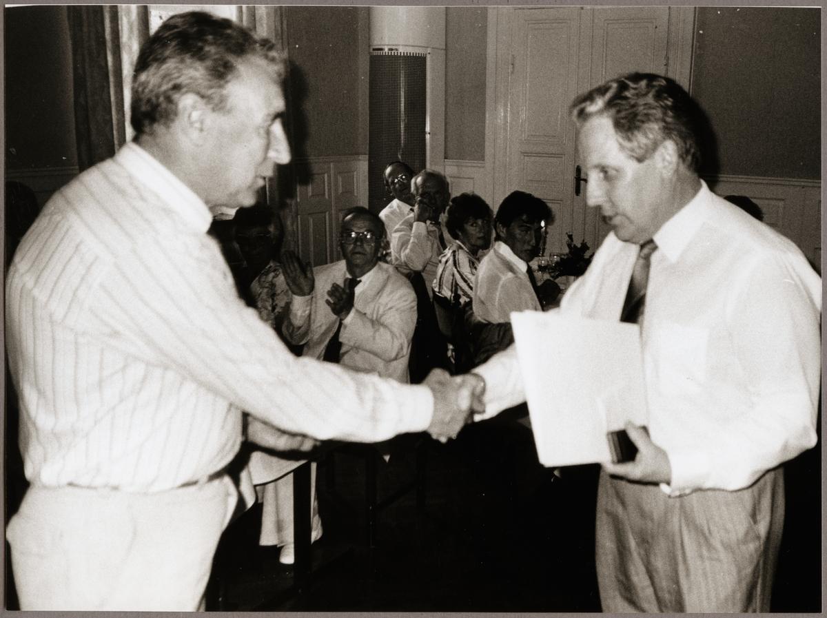 Karl-Erik Pettersson, Kopparberg får utmärkelse av Hans Thureson till höger för sina tjänster vid driftvärnet under Trafikaktiebolaget Grängesberg - Oxelösunds Järnvägar, TGOJ-dagen på Stadshotellet i Lindesberg 1990.