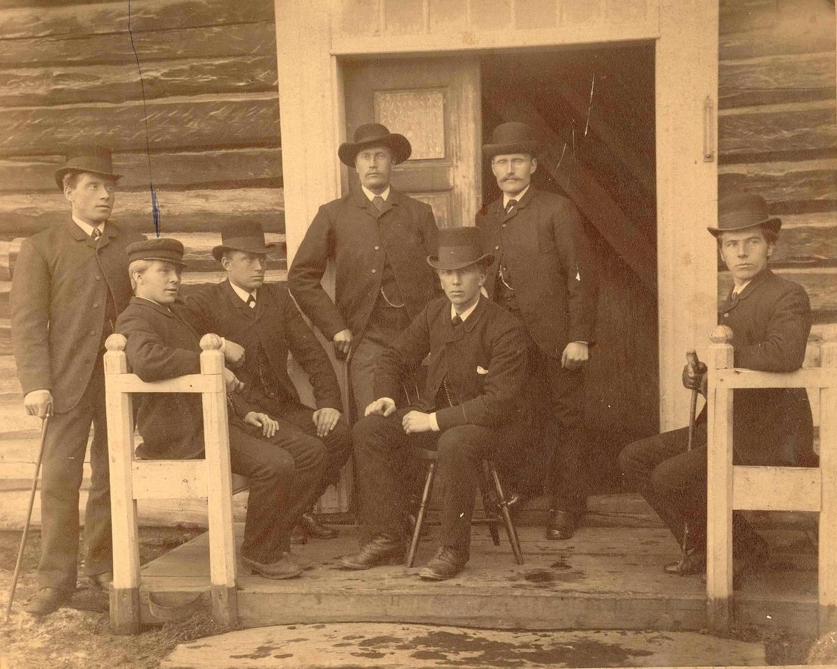 Ungdom, medlemmer av UL Fram på Neby i midten foran Ivar Østigaard