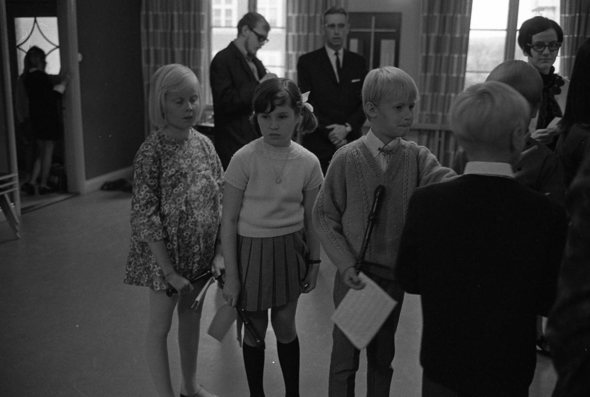 Musikskolans avslutning i Missionskyrkan. Här står blockflöjtgruppen och väntar på sin tur. Annicka Gunnarsson i blommig klänning och Ann Bergström i kjol.