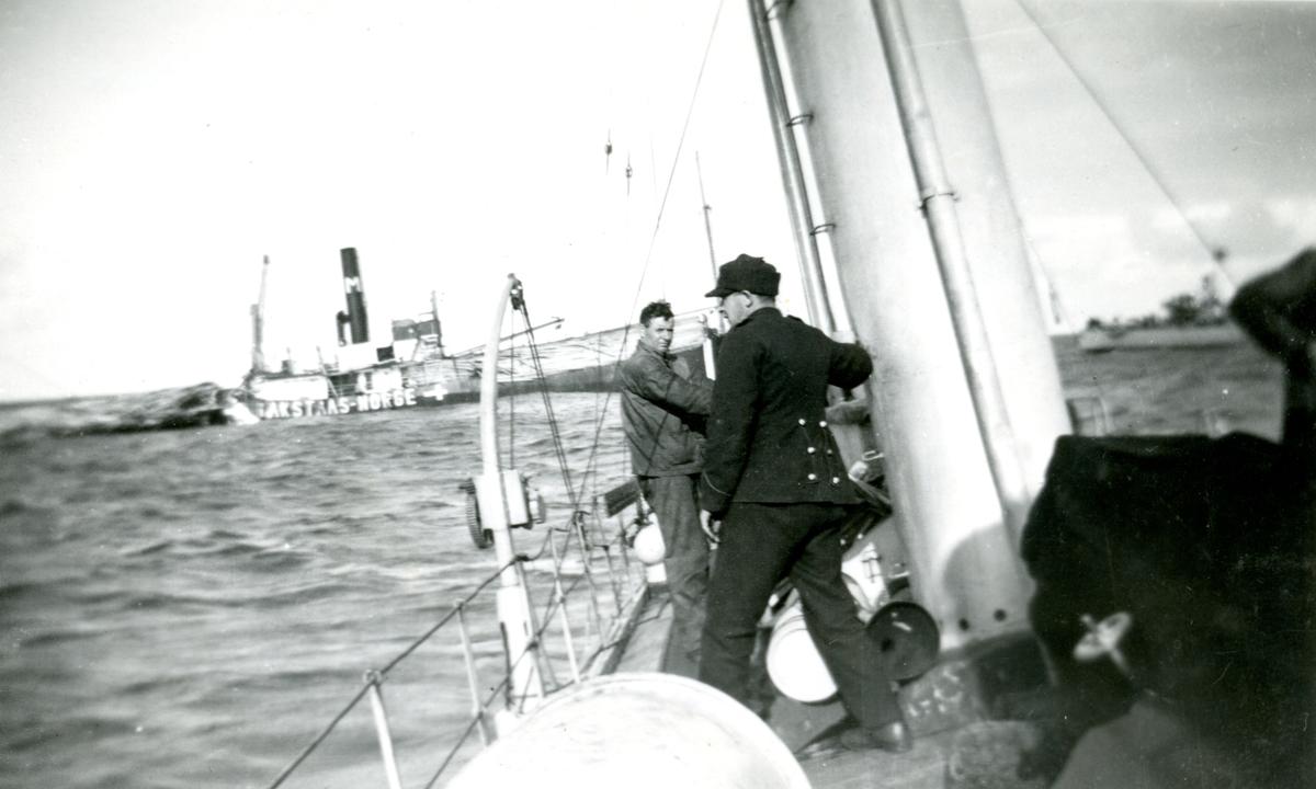 Synkende skip med trelast. Fra torpederingen av D/S 'Takstaas' i september 1939, fotografert fra torpedobåt KNM 'Storm'
