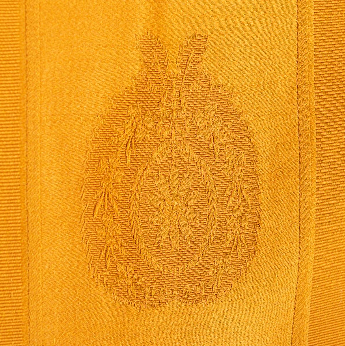 """Kat.kort: Soffa, fanérad i ek (?) Lackerad. Rak rektangulär med spjälor i rygg och gavlar. Godronerade knoppar. Sarg med pärlstavsbårder. Fyra runda nedåt avsmalnande ben fram, två dito bak (spår av ett tredje). Lös dyna klädd med gult damasttyg. Antecknat på omslagspapper: """"Tyg till Fasters lilla soffa o Taburetter"""".  Se bilagor till GM 27486ff"""