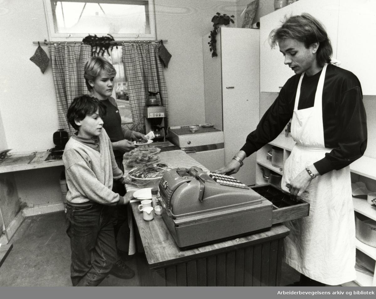 Kampen. Bydelshuset. Kjetil Andre Nilfisch serverer vafler til Pål Hansen og Karl Erik Guldal. Desember 1983.