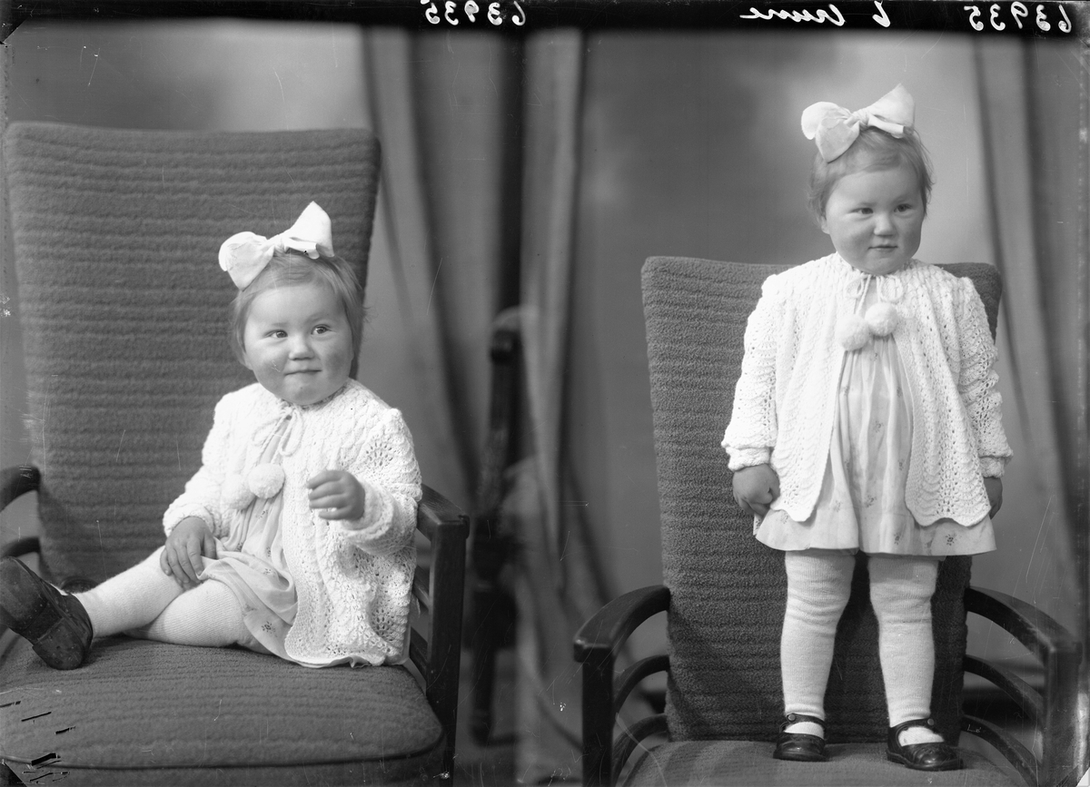 Portrett. Ung lyshåret pike i kort lys kjole med trykk, lys strikket genser, lys strømpebukse, mørke sko og lys sløyfe i håret. Bestilt av Jørgen Melbo. Karmøygt. 78