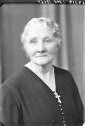 Portrett. To foto med lyshåret eldre kvinne i mørk kjole med
