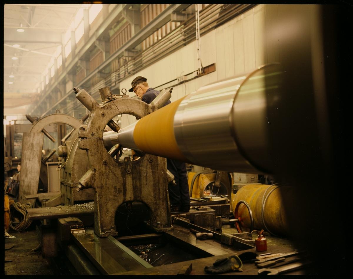 Maskindreier Alf Ellingsen under produksjon av en metalldel.
