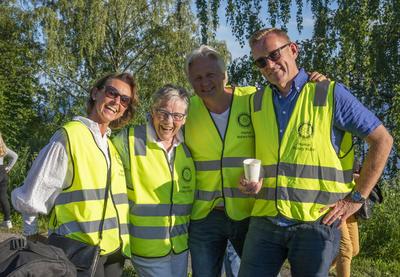 Fire frivillige fra Hamar Rotaryklubb poserer smilende i sine gule refleksvester.
