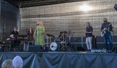Mocci Ryen med band på scenen.