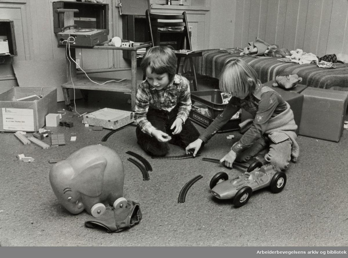 Kvinnehuset. I tillegg til verksted, møterom, bibliotek osv.. - har Kvinnehuset et eget rom for de små. Desember 1978