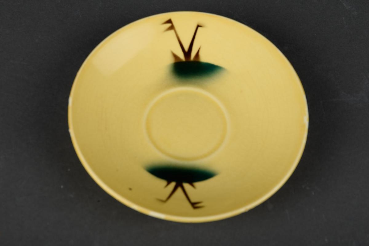 Fem gule tefat med grønn og brun dekor.