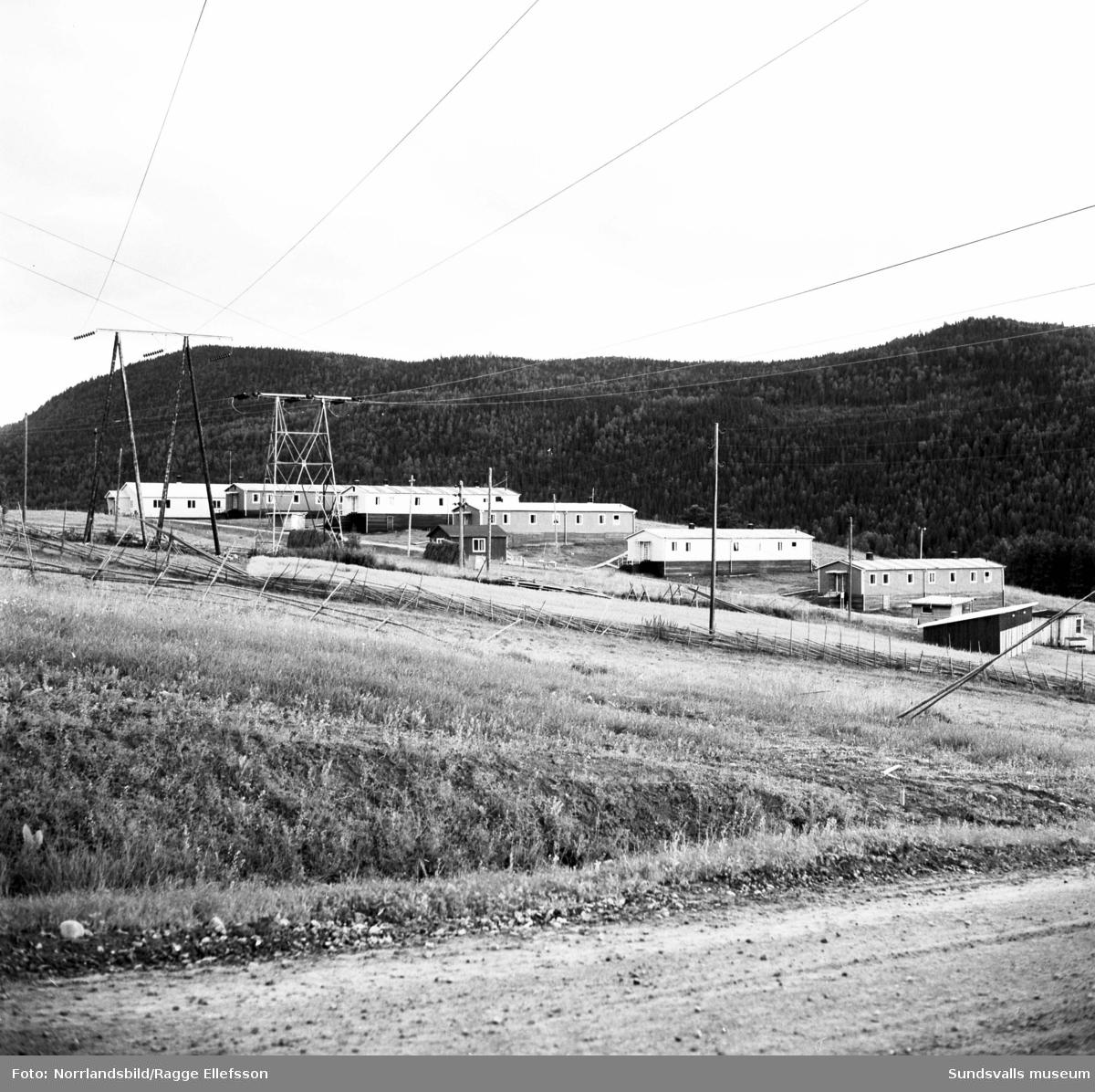 Bygget av Järkvissle kraftverk. Personalbostäder på de två första bilderna, längorna på första bilden är rivna men de flesta husen på bild två finns kvar (2019). Övriga bilder är från byggplatsen nedströms kraftverket.