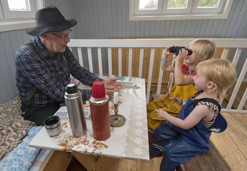 Gotmar Rustad, alias Tobias i tårnet for anledningen, leder an en fin samtale med barna om skogens betydning. Foto: Bård Løken /Anno Norsk skogmuseum. (Foto/Photo)