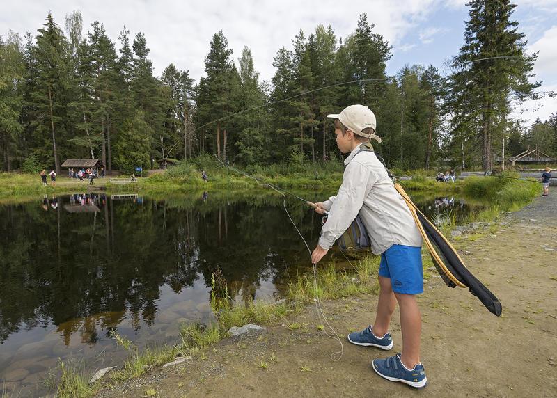 At Ole Literé Rydgren trives ute ved fiskedammen ved Norsk skogmuseum er tydelig.  Foto: Bård Løken /Anno Norsk skogmusem.