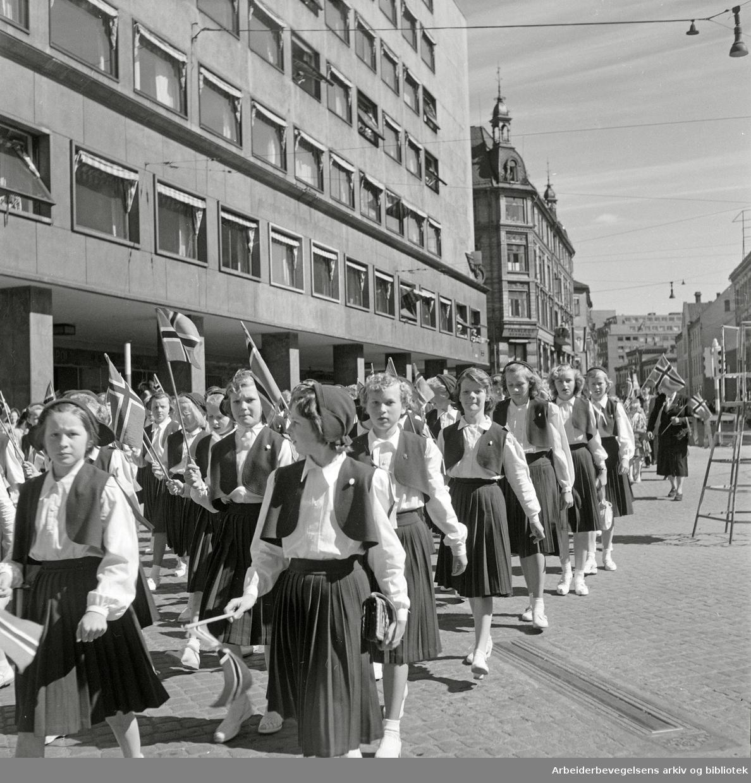 17. mai 1952. Barnetoget. Storgata.