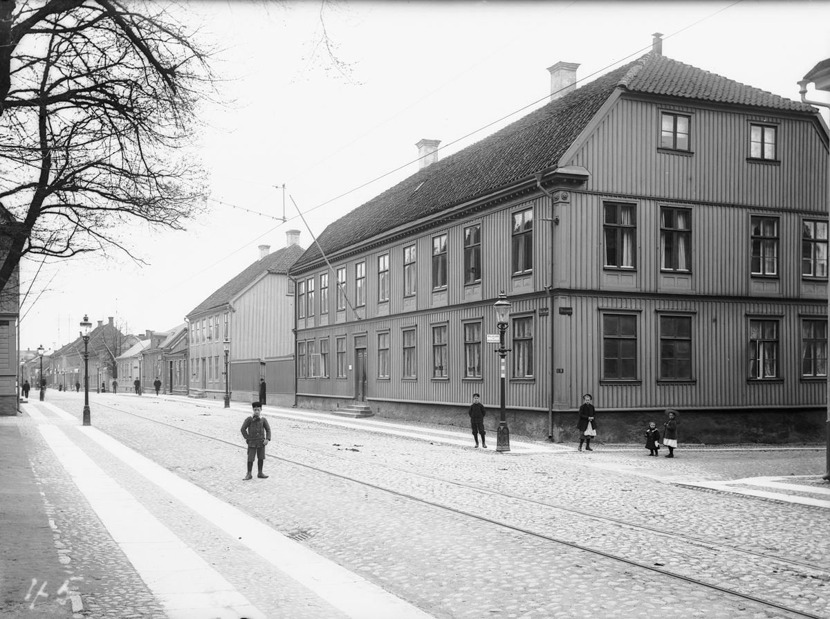 Östra Storgatan mot öster från Stjärngränd i Jönköping. Huset till höger, Östra Storgatan 56, ägdes av kontorschefen Josef Lundin. I denna gård inrymdes under 1800-talets förra hälft det Lundströmska tryckeriet som gav ut böcker, kistebrev och tidningar.