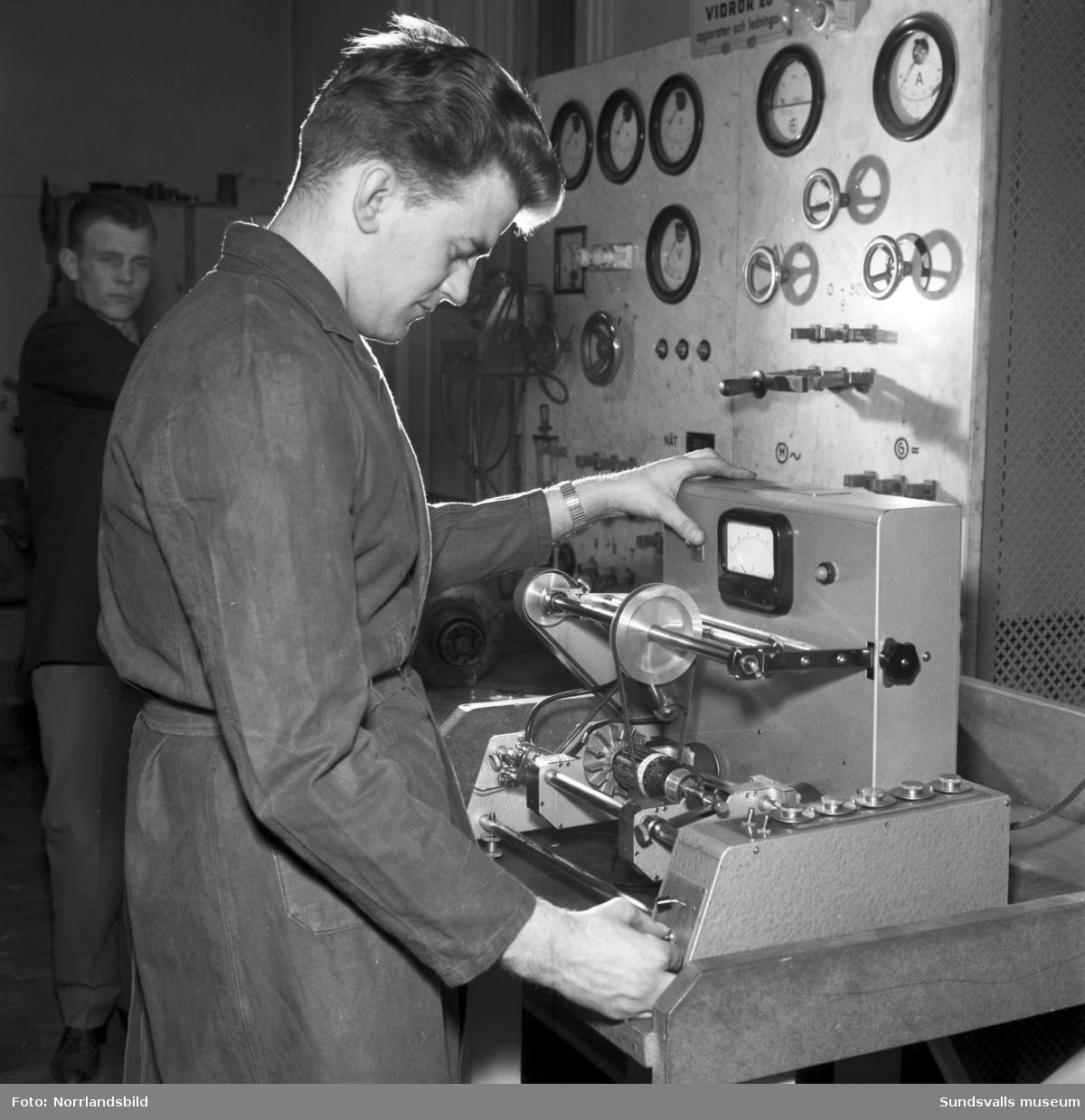 Denkerts Elektrolindningar AB på Trädgårdsgatan 16 tar emot en motor som ska repareras. Den tunga pjäsen lyfts med en kran in i verkstaden på andra våningen.