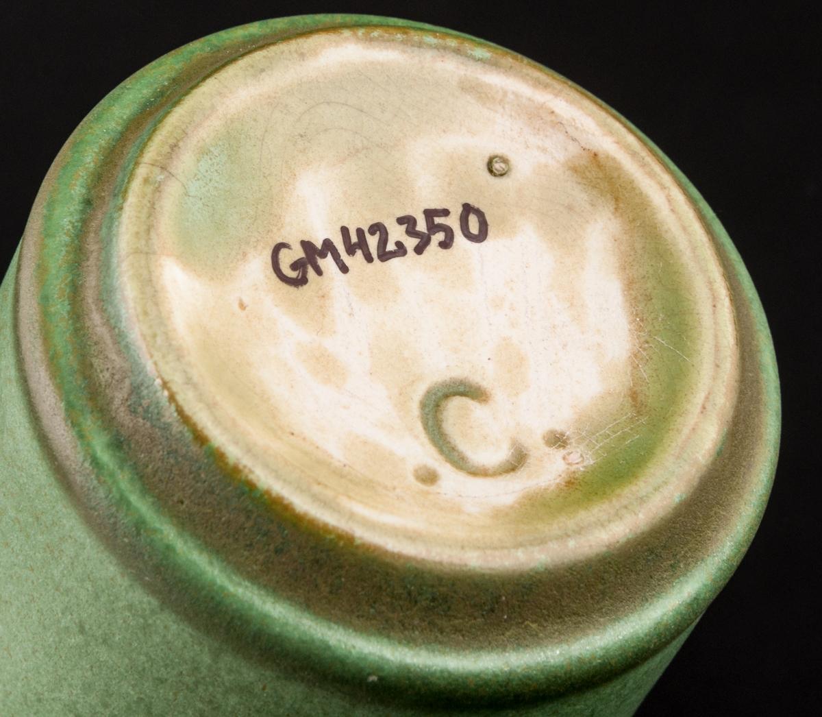 Cigarettbägare, modell C. Grön glasyr.