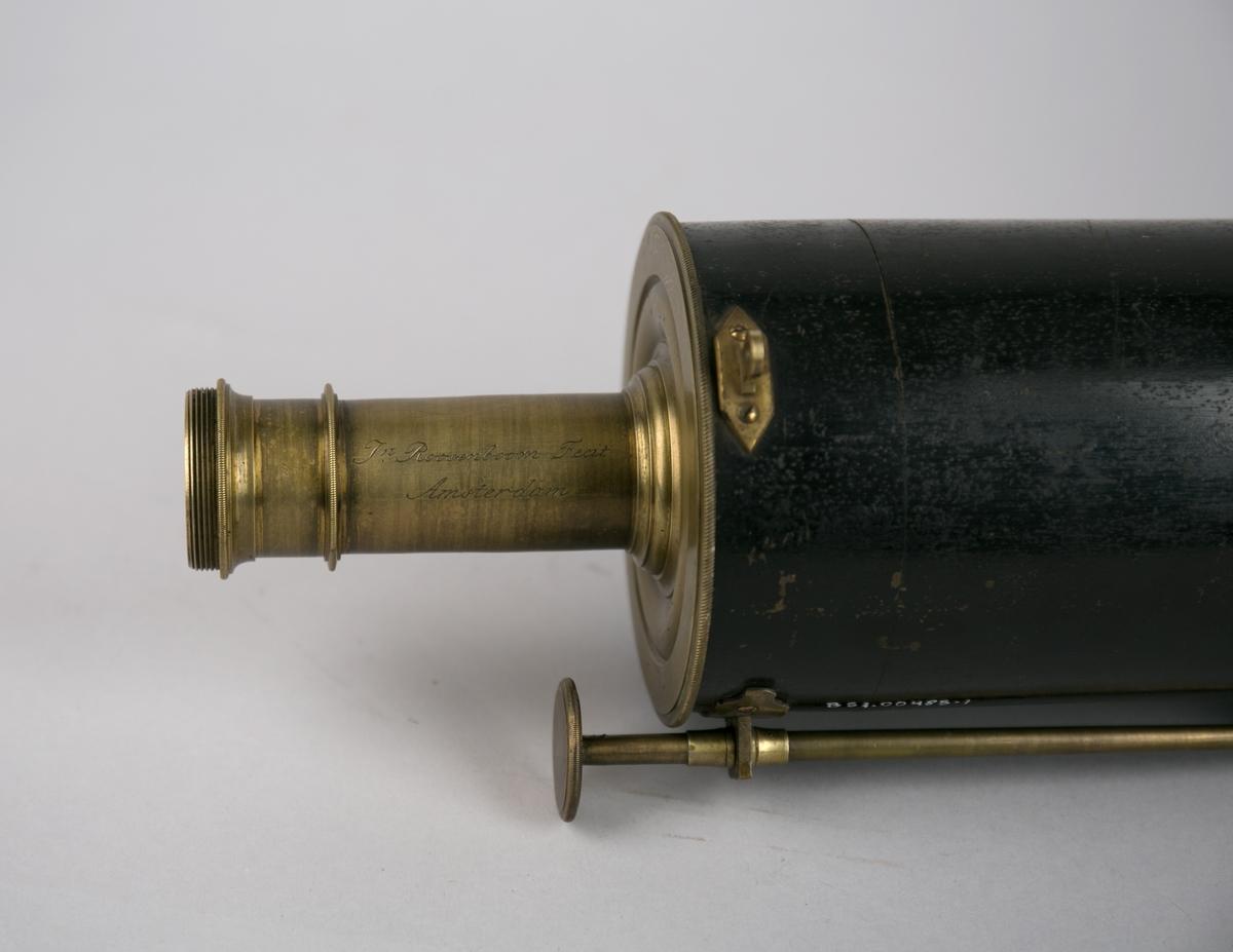 Teleskop. Gregorian teleskop produsert av Roosenboom Fecit. Oppbevares i trekasse sammen med metallboks og stativ.