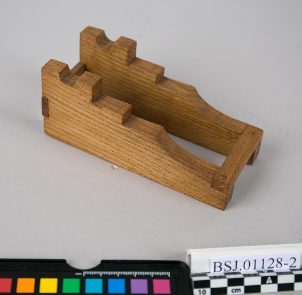 Modell av lavett av tre. Del av kanonmodell på lavett.