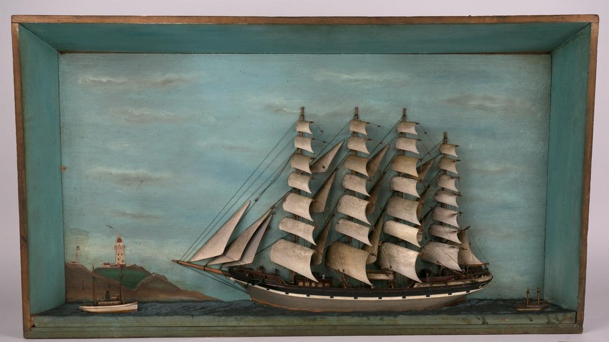 Diorama av fullrigger CITY OF NEW YORK med full seilføring samt to mindre seilfartøy. Seilfartøy akten for skipet har navnet SANDY HOOK påmalt skuteside. Forut for skipet sees et fyrtårn samt flaggsignalisering på land.