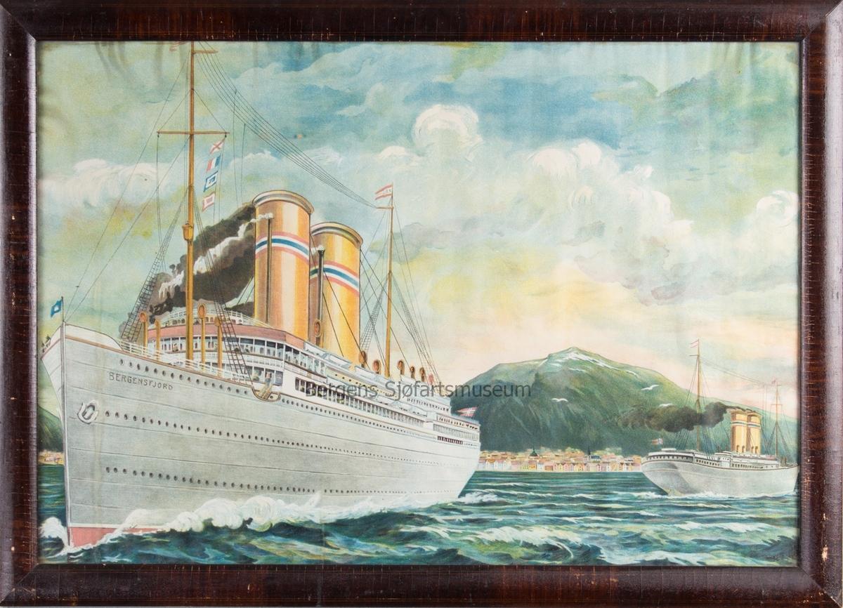 DS BERGENSFJORD på vei ut fra Bergens havn. Et annet NAL skip (sannsynligvis KRISTIANIAFJORD) er på vei inn i havnen.