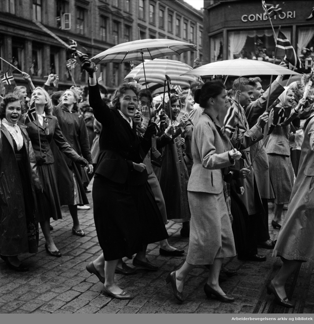 Ungdom. Barnetoget, Egertorget. 17. mai 1957.