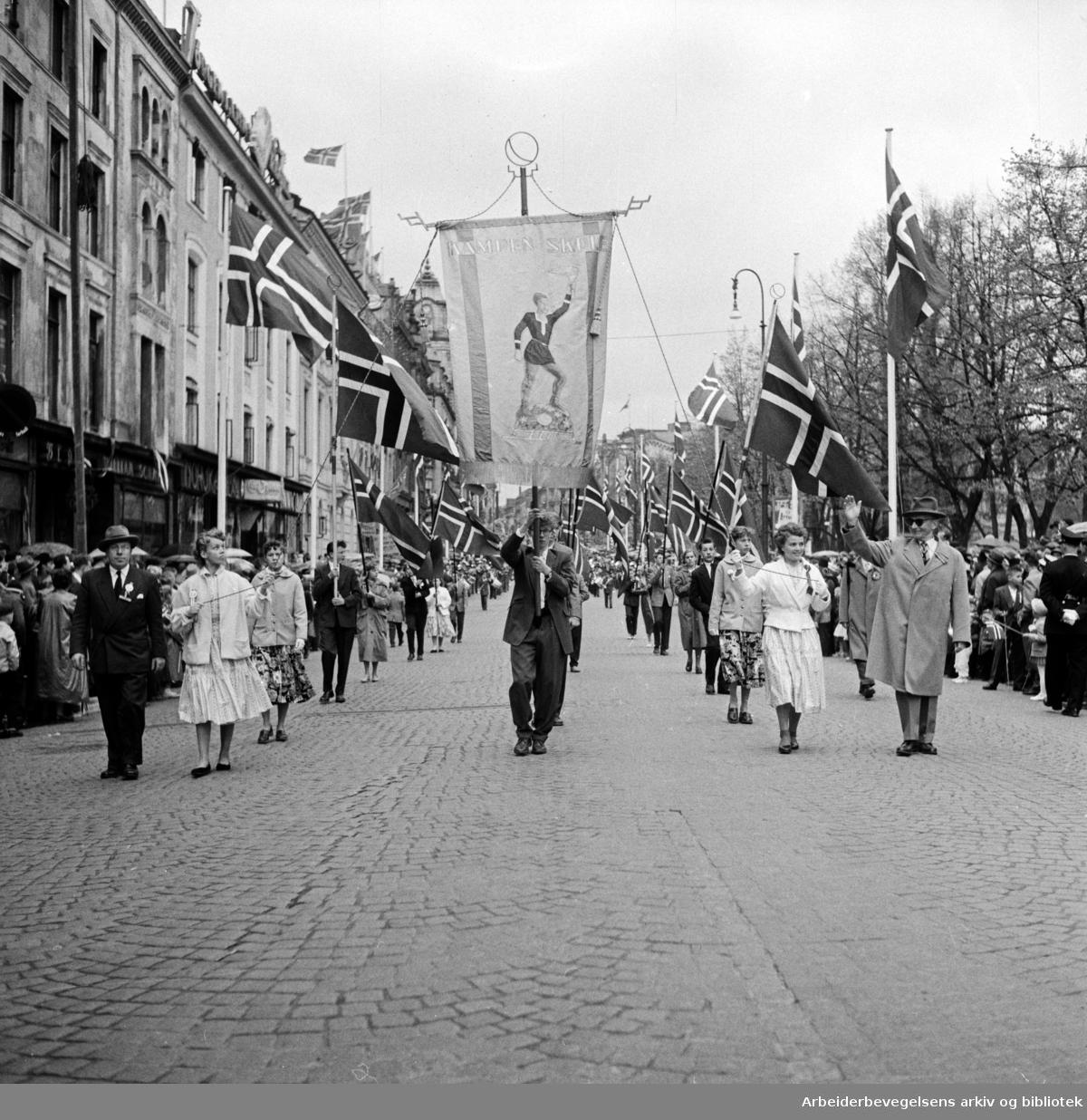 Barnetoget. Fanen til Kampen Skole. 17. mai 1957.