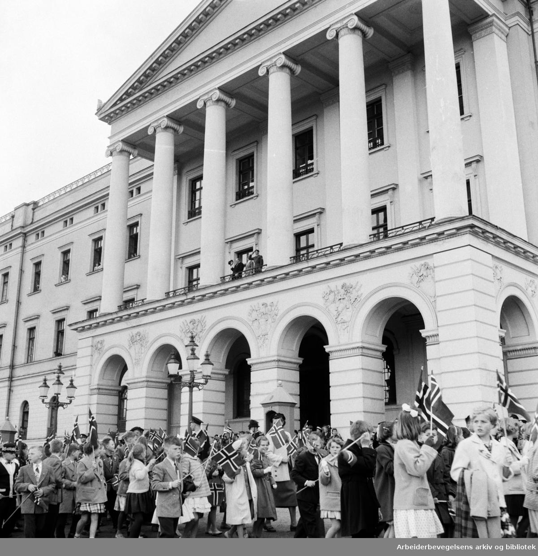 Barnetoget passerer slottet. 17. mai 1957.