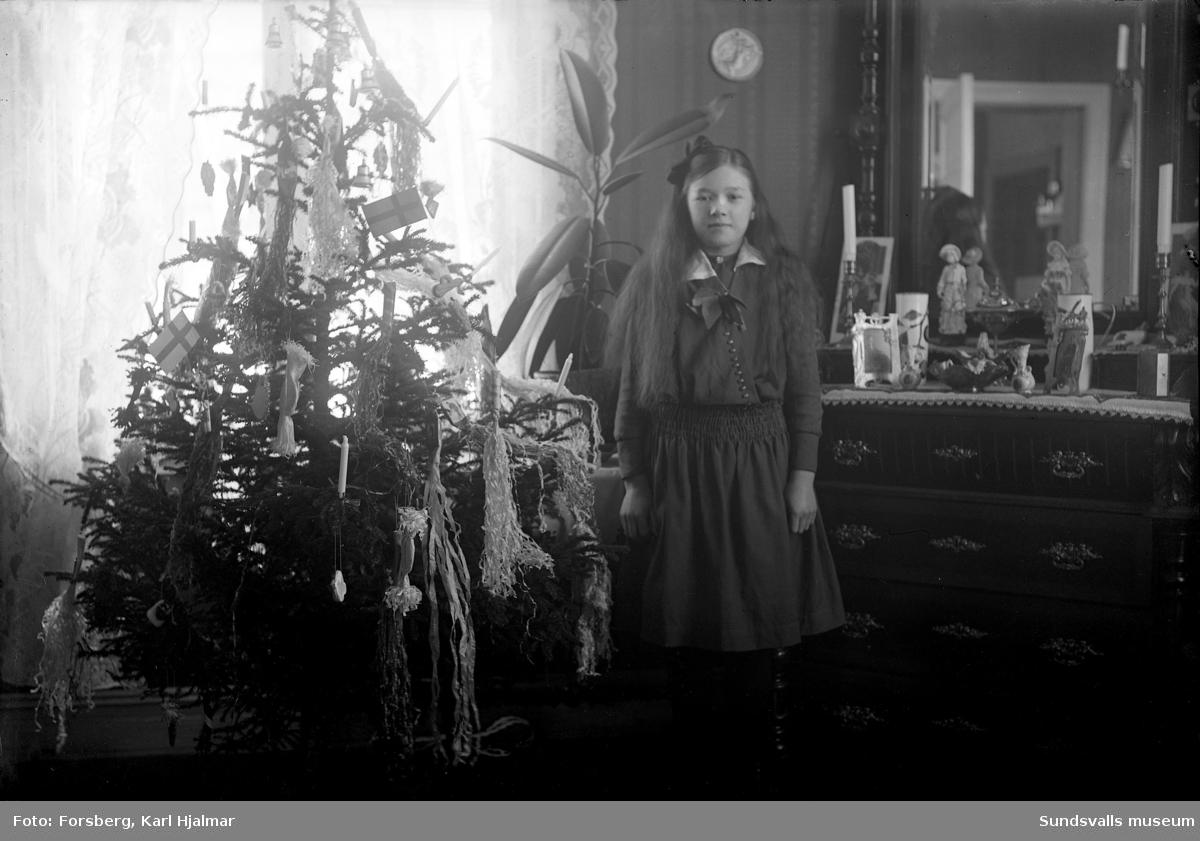 Julia Forsberg vid julgranen. Julia (11 år) är syster till fotografen.