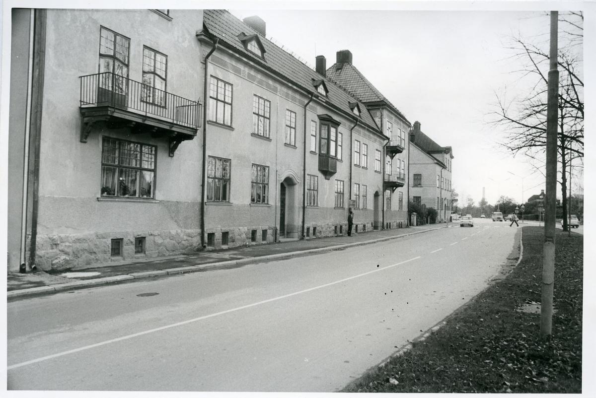 Vasastaden. Stora gatan 71, 1975. Bostadshus med balkong och burspråk.  Kv.