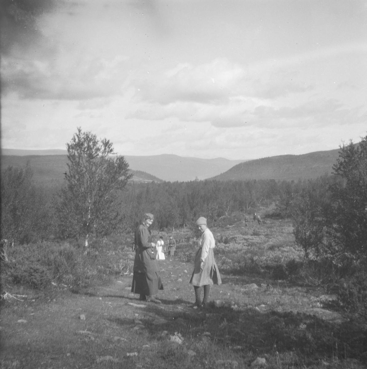 Kvinner på tur i fjellet.