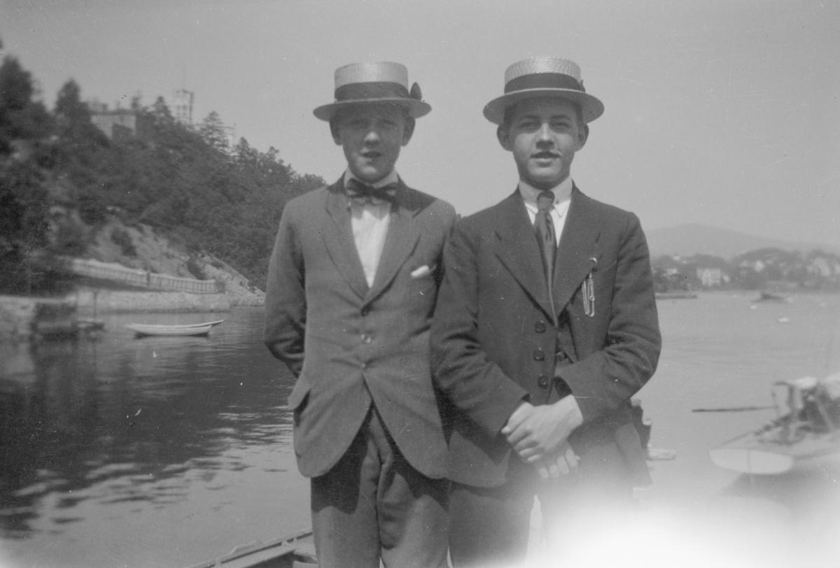 Portrett to to unge menn i en båt