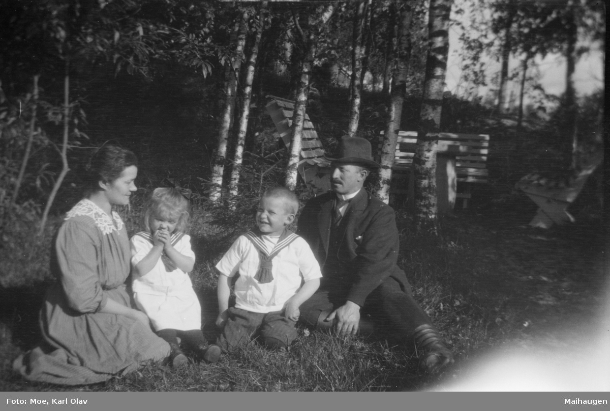 Ektepar med to barn i en hage