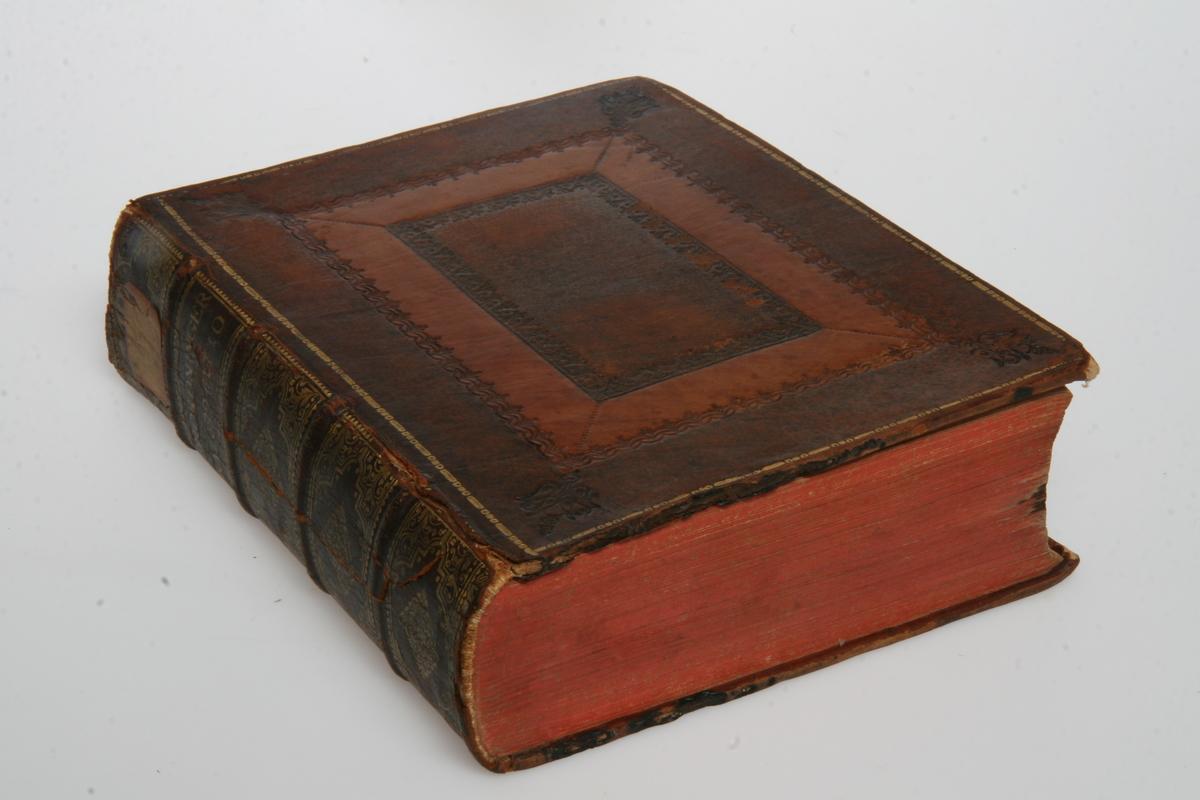 """Innbundet i skinn med gulltrykk og pressede ornamenter. """"Kong Friderich den Fierdes allernaadigste Forordninger og Aabne Breve"""" 1699-1710. København u.å."""