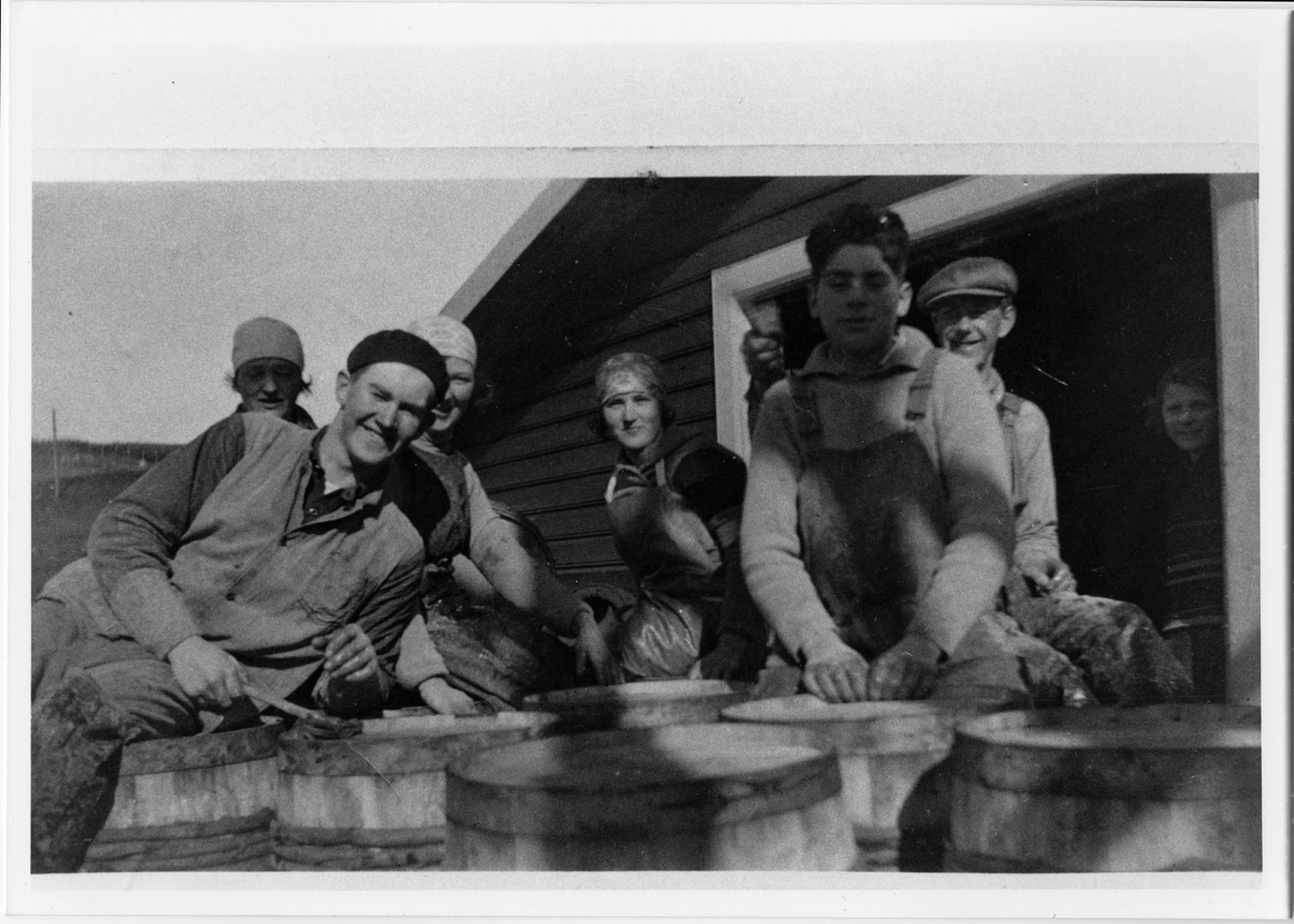 Arbeidere foran Jacob Larsens sjøbu på Hellvik