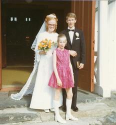 Brudeparet på kjyrkjtrappa. Anne Sletholt Liahagen og Per L
