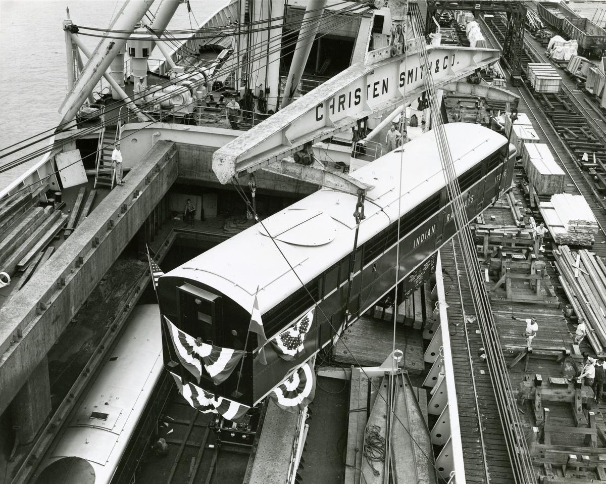 "M/S 'Belkarin' (b.1954)(N.V. Scheepswerf ""De Hoop"", Lobith), - laster 20 elektriske lokomotiver på vei til Calcutta"