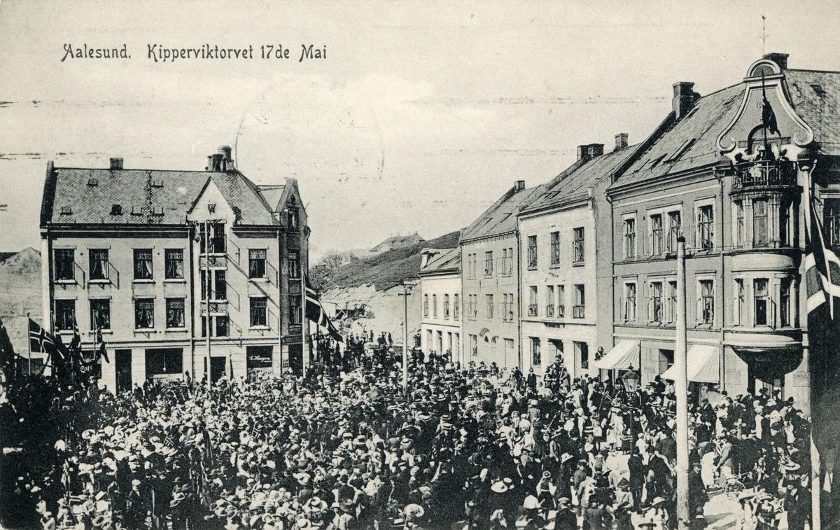 Motiv av gatemiljøet på Kiperviktorget i Ålesund under en 17de Mai feiring.