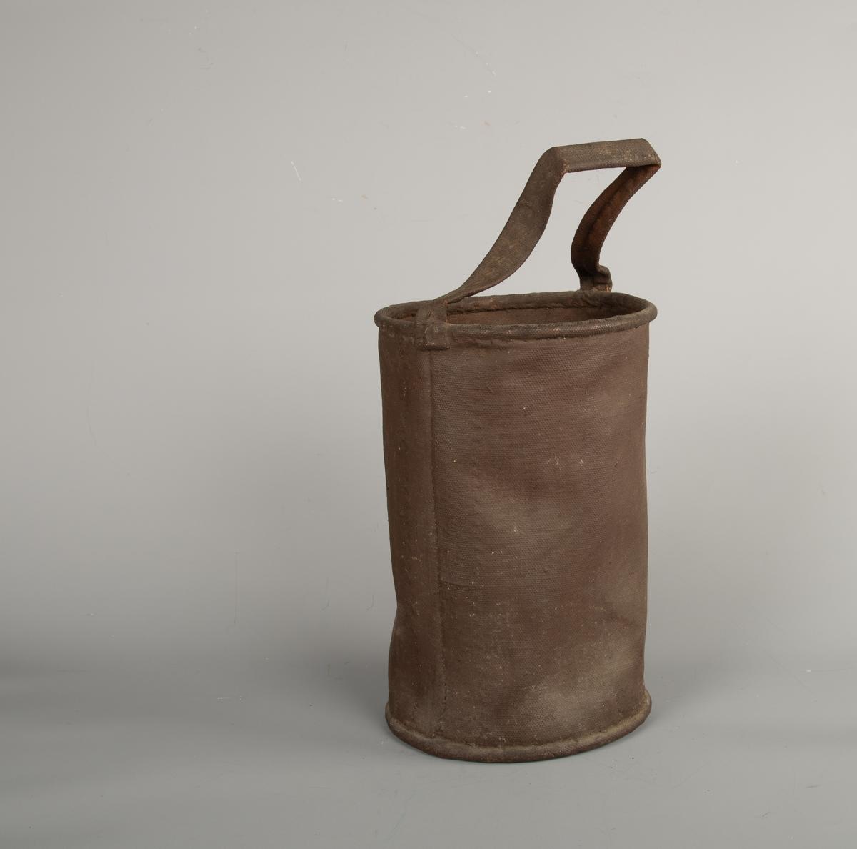 Sylindriske brannspann av brunmalt seilduk,  jernring oppe og nede, hank av seilduk.