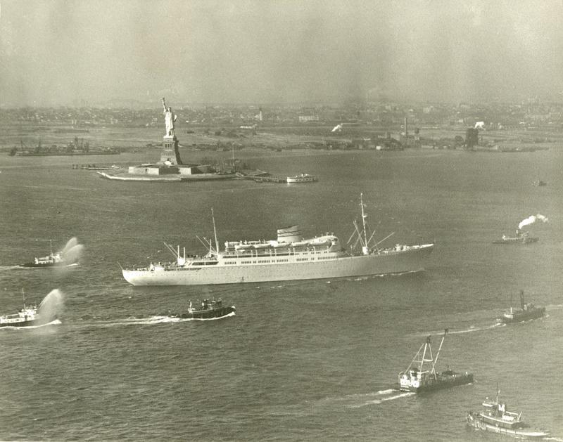 Fotografiet viser M/S Oslofjord fra Den norske Amerikalinje ved ankomst i New York på jomfruturen 1949. (Foto: Esso / fra Norsk Maritimt museums fotosamling)