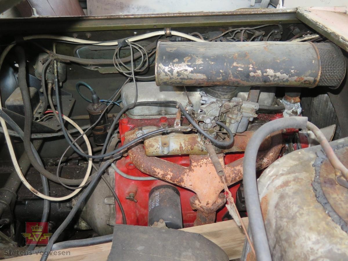 Rød (opprinnelig hvit?) Weasel beltebil med 20 tommer brede belter. Bensindrevet 4-sylindret Volvo B18 motor med forgasser. Opprinnelig motor var fra en bensindrevet 6-sylindret modell fra Studebaker. Antall sitteplasser inklusiver fører er originalt 7.